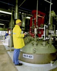 特种化学应用包括批量处理,混合及仓储。